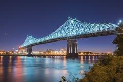 Мост Jacques Cartier на сумраке стоковые фотографии rf