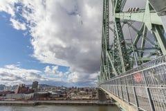 Мост Jacques Cartier с винзаводом Molson в предпосылке Это мост металла стальной и ориентир Монреаля стоковые изображения