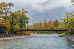 Мост Kamikochi и каппа в сезоне осени стоковое фото