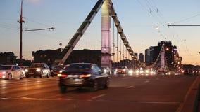 Мост Krymsky или крымский мост и движение автомобилей (ноча)-- стальной висячий мост в Москве, России акции видеоматериалы