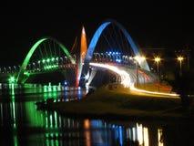 Мост Kubitschek на ноче с покрашенным освещением Стоковые Фото