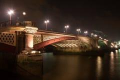 мост london blackfriars над рекой thames стоковые изображения