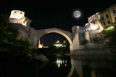 Мост Mostar на ноче Стоковые Изображения