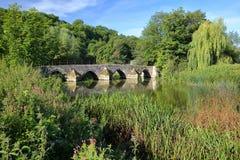 Мост Packhorse на реке Эвоне на парке страны фермы Barton, Брэдфорде на Эвоне, Великобритании Стоковые Изображения RF