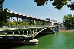 Мост Pont de Bir-Hakeim, Париж, Франция. Стоковое Фото