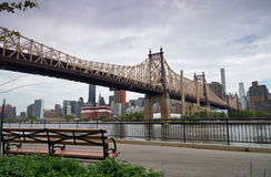 Мост Queensborough в центре города Манхаттане с горизонтом Нью-Йорка над Ист-Ривер Стоковые Фотографии RF