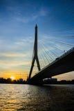 Мост Rama VIII, который кабел-остали мост пересекая Chao Стоковое Фото