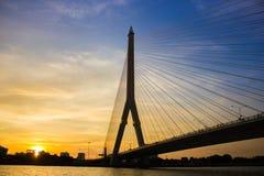 Мост Rama VIII, который кабел-остали мост пересекая Chao Стоковое Изображение
