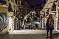Мост Rialto в Венеции на ноче стоковое изображение rf
