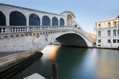 Мост Rialto и грандиозный канал в Венеции, никто в Италии стоковые изображения