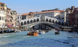 Мост Rialto на грандиозном канале в Венеции, Италии стоковая фотография