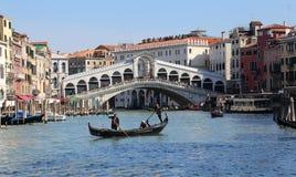 Мост Rialto на грандиозном канале в Венеции, Италии стоковые изображения rf