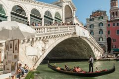 Мост Rialto на грандиозном канале в Венеции, Италии стоковые фото