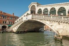 Мост Rialto на грандиозном канале в Венеции, Италии стоковые изображения