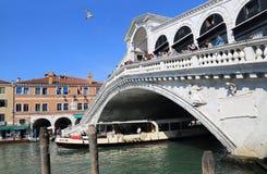Мост Rialto через большой канал в Венеции, Италии стоковое фото