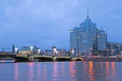 Мост Sampsonievsky и жилой сложный рассвет Санкт-Петербург Россия стоковые изображения rf