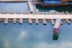 Мост Sangkhlaburi пассажирских кораблей деревянный - изображение запаса Стоковые Изображения RF