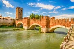 Мост Scaliger (мост Castelvecchio) в Вероне, Италии Стоковое Изображение RF