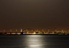 Мост Shaikh Khalifa & отражение света от супер луны на Бахрейне 23-его июня 2013 Стоковое Изображение