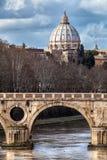 Мост Sisto и купол St Peter Италия rome Стоковые Изображения