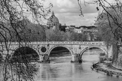 Мост Sisto и купол St Peter Италия rome Стоковые Фото