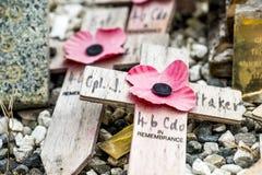 Мост Spean, Шотландия - 31-ое мая 2017: Мемориальное место для упаденное с маками и крестами Стоковые Изображения RF