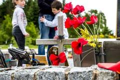 Мост Spean, Шотландия - 31-ое мая 2017: Семья посещая мемориал командоса Стоковое фото RF