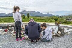 Мост Spean, Шотландия - 31-ое мая 2017: Семья посещая мемориал командоса Стоковое Фото