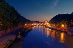 Мост St Анджела реки Тибра купола Рима twilight St Peter Стоковое Изображение RF