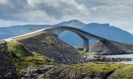 Мост Storseisundet на дороге Атлантического океана в Норвегии Стоковое Изображение