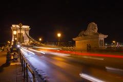 Мост Szechenyi в Будапеште Венгрии Красивый Дунай причаленный взгляд корабля порта ночи стоковая фотография