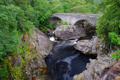 Мост Telfod на деревне Invermoriston, Инвернессе, Шотландии Стоковая Фотография RF