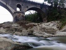 Мост Tembana и река Kebumen Luk Ulo старое стоковое фото