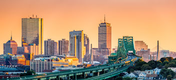 Мост Tobin, мост Zakim и горизонт Бостона стоковые фотографии rf