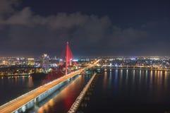 Мост Tran Thi Ly в Da Nang вечером стоковое изображение rf