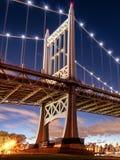 Мост Triborough вечером, в Astoria, ферзи, Нью-Йорк США стоковые изображения