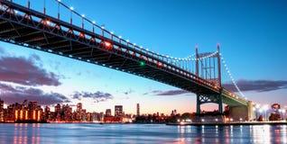 Мост Triborough вечером, в Astoria, ферзи, Нью-Йорк США стоковая фотография rf