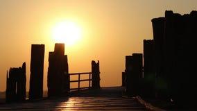 Мост U-Bein деревянный на заходе солнца в Мандалае, Мьянме видеоматериал