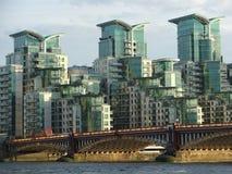 Мост Vauxhall и современный взгляд зданий Стоковые Изображения RF