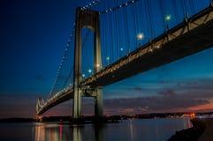 Мост Verrazano увиденный на ноче Стоковое Изображение RF