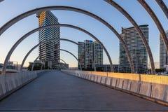 Мост Webb и жилой высокий подъем, районы доков, Мельбурн Стоковое фото RF