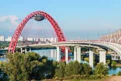 Мост Zhivopisny, который кабел-остали мост который spans Москва Rive Стоковые Фото