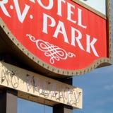 Мотель подписывает внутри пустыню Стоковые Фотографии RF