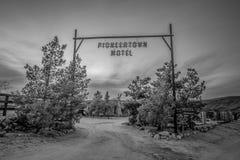 Мотель Pioneertown в Калифорния в вечере - КАЛИФОРНИЯ, США - 18-ОЕ МАРТА 2019 стоковое фото