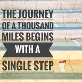 Мотивационные цитаты путешествия тысячи миль начинают с одним шагом стоковые изображения
