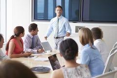 Мотивационный диктор говоря к предпринимателям в зале заседаний правления стоковые изображения