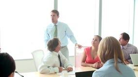 Мотивационный диктор говоря к предпринимателям в зале заседаний правления сток-видео