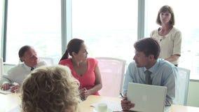 Мотивационный диктор говоря к предпринимателям в зале заседаний правления видеоматериал