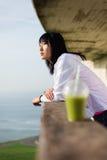 Мотивированная sporty азиатская женщина принимая остатки стоковое изображение rf