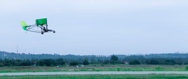 Моторизованная муха планера вида в небе Стоковые Фото
